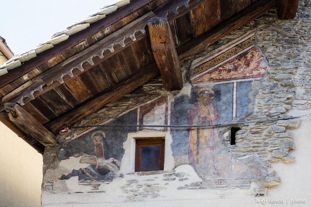 Facciata dell'Hotel Dieu, con affreschi cinquecenteschi