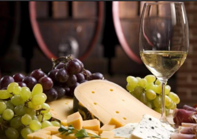 immagine decorativa: tagliere di uva, formaggi e affettati