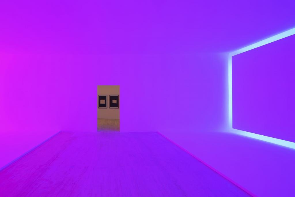 realizzazione artistica di James Turrell: in una stanza lilla vi é un neon a forma di rettangolo su una parete