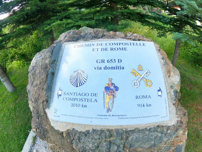 Indicazioni di percorso per il cammino di Santiago e per Roma, presso la Cappella Sainte-Anne a Montgenèevre
