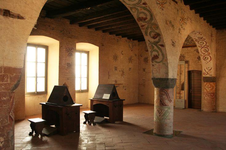 ricostruzione di uno scriptorio con tavoli e leggi